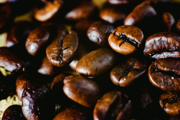 Szczegóły palonych ziaren kawy, produkowane w kolumbii.