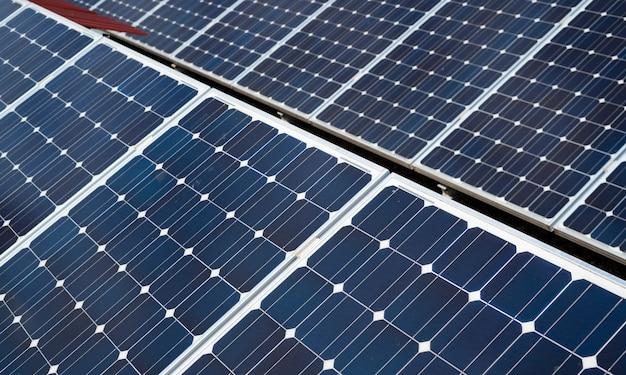Szczegóły paneli słonecznych. koncepcja czystej energii w mieście