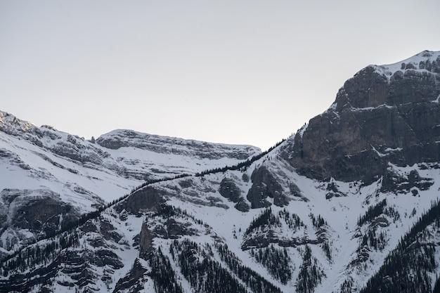 Szczegóły pasma górskiego podczas zachodu słońca w canmore, alberta, kanada