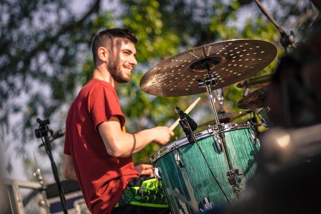 Szczegóły perkusji podczas gry na żywo podczas koncertu