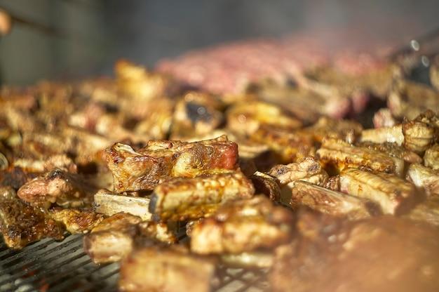 Szczegóły pieczenia lub grillowania lub grillowania wielu żeberek wieprzowych.