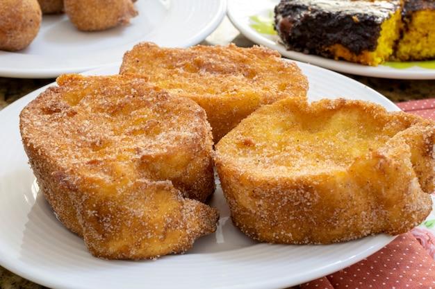 Szczegóły pieczonego lub smażonego chleba z cukrem i cynamonem. deser o nazwie rabanada, torrija lub złoty chleb.