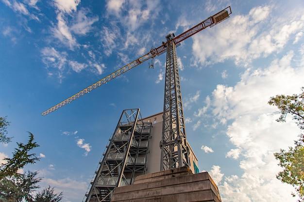 Szczegóły placu budowy pod błękitnym niebem od dołu