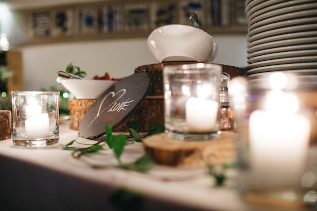 Szczegóły pokrywanego świątecznego stołu w restauracji