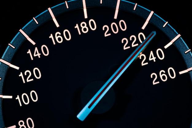 Szczegóły prędkości z drogomierzem samochodowym lub zdjęciem makro obrotomierza