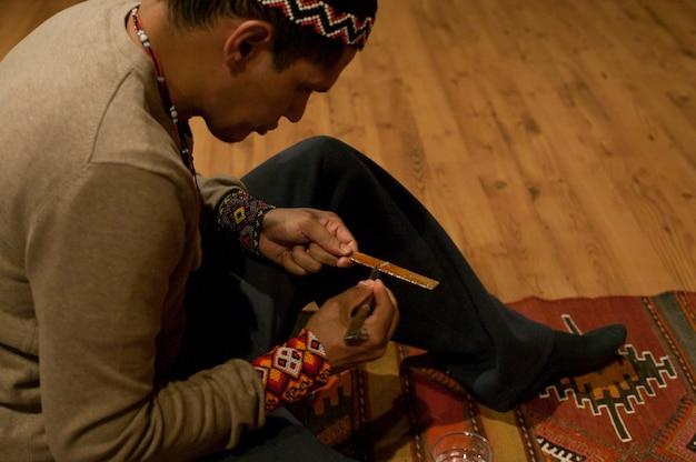 Szczegóły rąk szamana przygotowującego kambã'â²: substancję wyekstrahowaną z gruczołów południowoamerykańskiej żaby do jej szamańskiej ceremonii