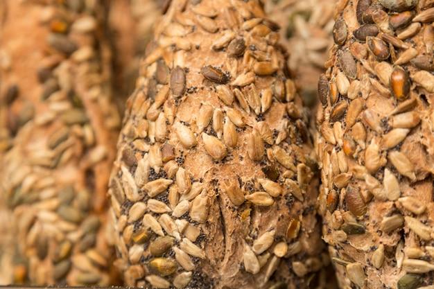 Szczegóły rzemieślniczego bezglutenowego chleba z nasion