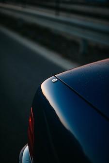 Szczegóły samochodu, w którym odbija się niebo o zachodzie słońca