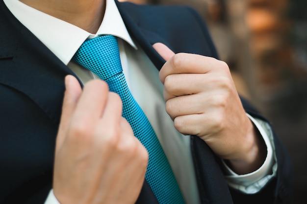 Szczegóły ślubu - elegancki smoking ubrany w strój pana młodego