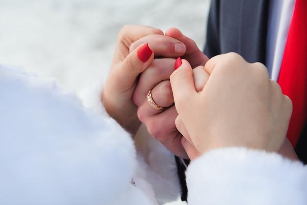 Szczegóły ślubu, obrączki ślubne jako symbol szczęśliwego życia
