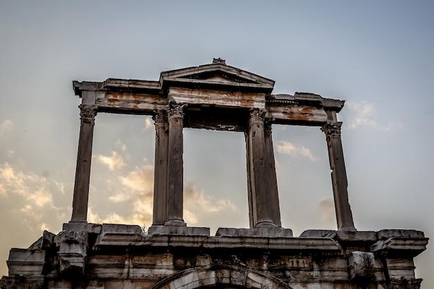Szczegóły starożytnych kolumn, łuk w atenach