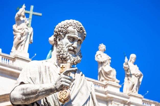 Szczegóły statua świętego piotra znajduje się przed wejściem do katedry świętego piotra w rzymie, włochy - watykan