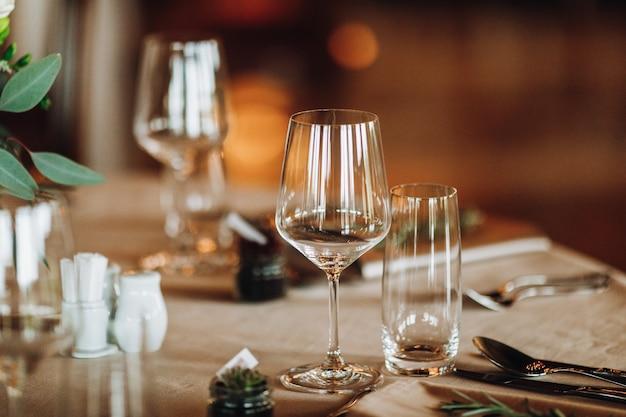 Szczegóły stołu ustawionego ze szczególnym uwzględnieniem pucharów