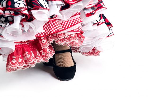 Szczegóły stóp tancerki flamenco w pięknej sukni