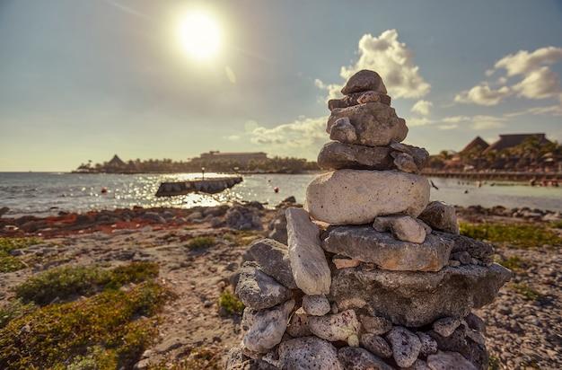 Szczegóły stosu skał zen wz za tłem plaży puerto aventuras na riwierze majów w meksyku