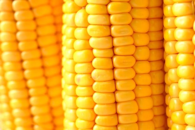 Szczegóły strzału słodkiej kukurydzy na stole