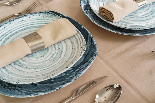 Szczegóły stylowego stołu z teksturowanymi naczyniami ceramicznymi