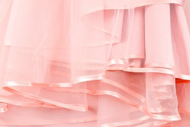 Szczegóły sukni ślubnej. różowe sukienki ślubne falbanki z bliska.