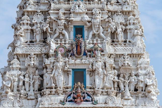 Szczegóły świętej świątyni hinduskiej w świętym mieście pushkar, rajasthan, indie. ścieśniać