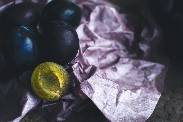 Szczegóły świeżych organicznych śliwek