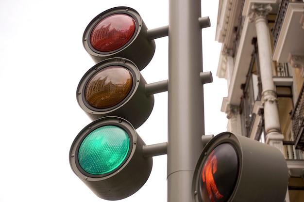 Szczegóły sygnalizacji świetlnej, jak widać od dołu. sygnalizacja świetlna w mieście