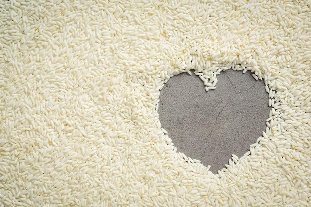 Szczegóły tapety w kształcie serca z białego ryżu