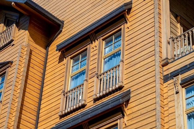 Szczegóły ukraińskiego tradycyjnego wiejskiego drewnianego domu, fasada zewnętrzna z ramą okien. kijów, ukraina