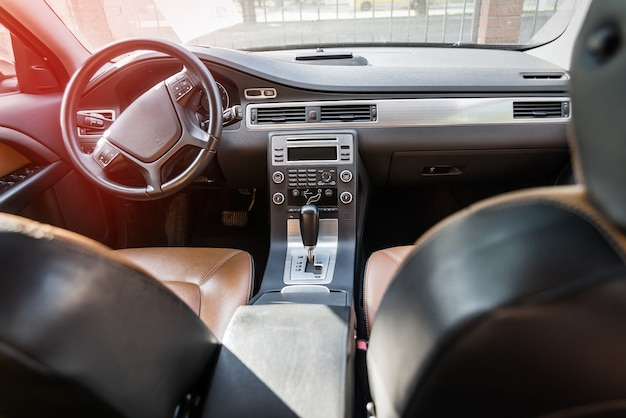 Szczegóły wnętrza samochodu, brązowy sedan ze skórzanymi siedzeniami