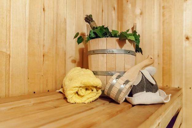 Szczegóły wnętrza sauna fińska łaźnia parowa z tradycyjnym wyposażeniem saunowym
