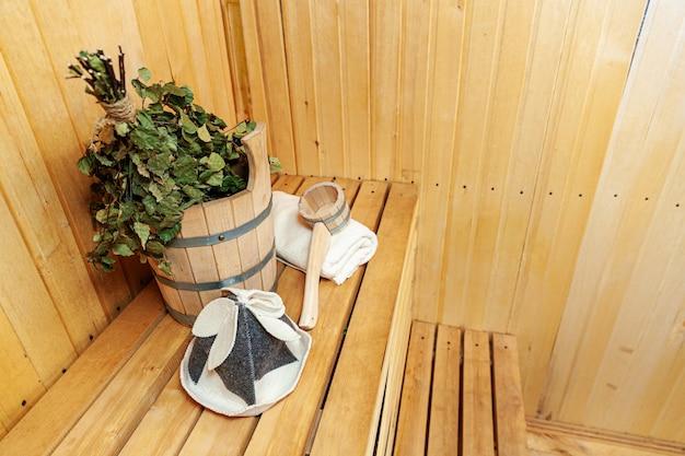 Szczegóły wnętrza sauna fińska łaźnia parowa z tradycyjnymi akcesoriami do sauny