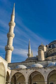 Szczegóły z dziedzińca meczetu sulejmana wspaniałego w stambule w turcji