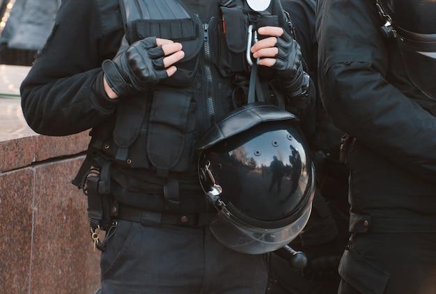 Szczegóły zestawu bezpieczeństwa funkcjonariusza policji. patrol policyjny