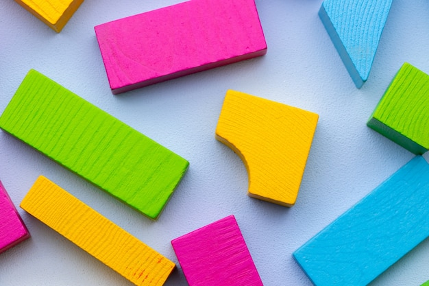Szczegóły zestawu do budowania drewnianych zabawek na niebieskim tle