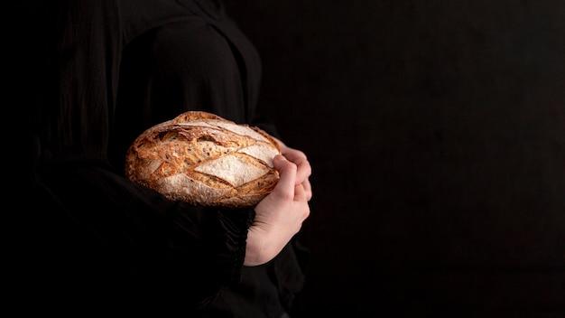 Szczelnie-do góry ręce trzyma smaczny chleb