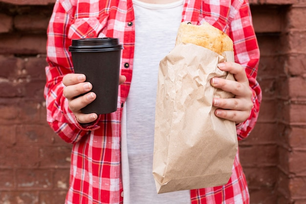 Szczelnie-do góry ręce trzymając kawę i jedzenie