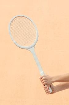 Szczelnie-do góry ręce z rakietą tenisową
