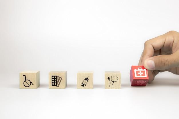 Szczelnie-do góry rękę wybierz kostki drewniane klocki zabawki ułożone z ikoną zestawu pierwszej pomocy