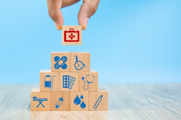 Szczelnie-do góry rękę wybrać symbole opieki zdrowotnej i medyczne na zabawki drewniane klocki ułożone