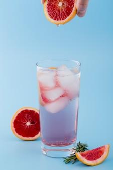 Szczeniak człowiek z czerwonym plasterkiem pomarańczy i pić