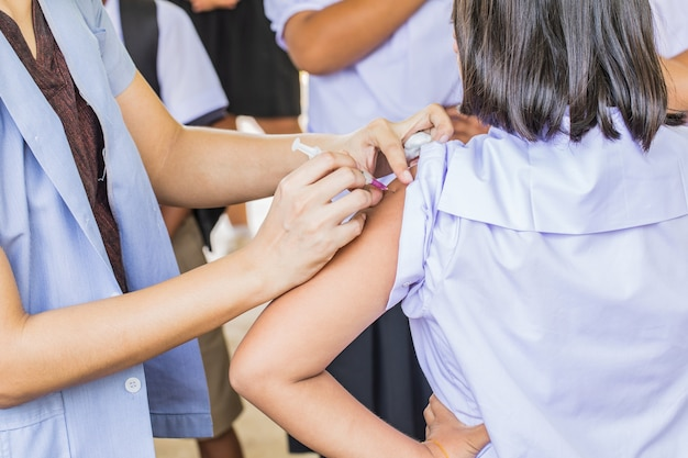Szczepienia przeciwko rakowi szyjki macicy dla studentów w szkole podstawowej w tajlandii.