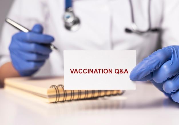 Szczepienia q i tekst koncepcyjny na papierze qna o szczepionkach
