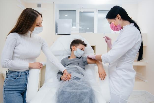 Szczepienie dzieci i całej rodziny przeciwko grypie i zarażeniu koronawirusem podczas światowej pandemii. tworzenie układu odpornościowego i przeciwciał.
