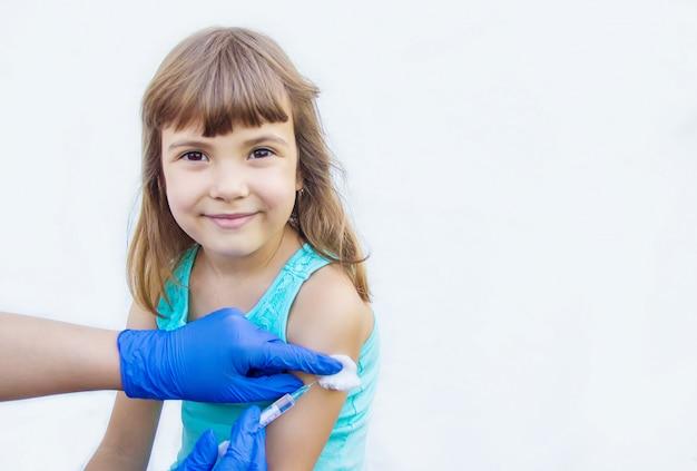 Szczepienie dzieci. zastrzyk. selektywna ostrość.