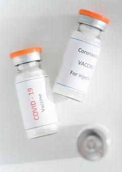 Szczepionka na koronawirusa z widokiem z góry w butelce