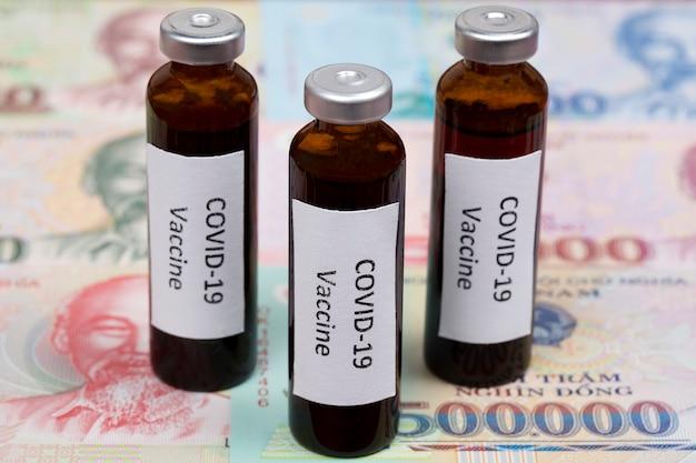Szczepionka przeciwko covid-19 na tle wietnamskich pieniędzy