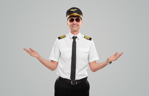 Szczery mężczyzna lotnik pozdrowienie gestem rąk