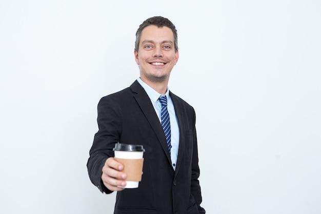 Szczęś liwy człowiek człowiek podaję ... c drink w jednorazowych puchar