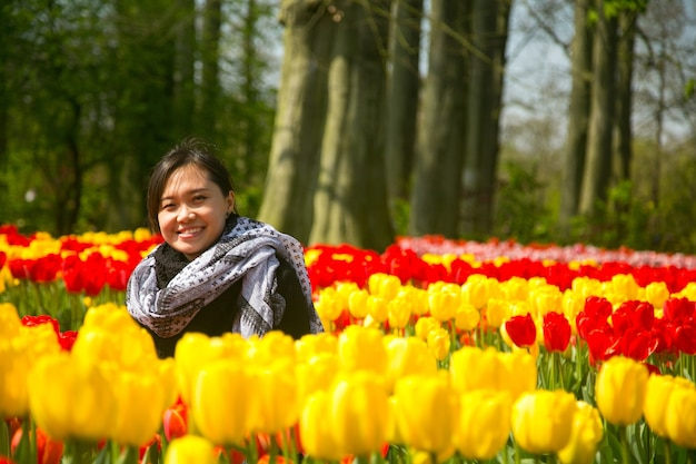 Szczęście azjatyckich ludzi w ogrodzie tulipanów keukenhof.