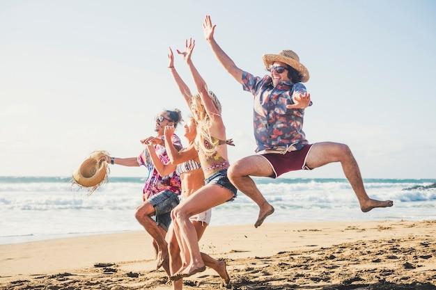 Szczęście i radość dla młodych ludzi na wakacjach na plaży