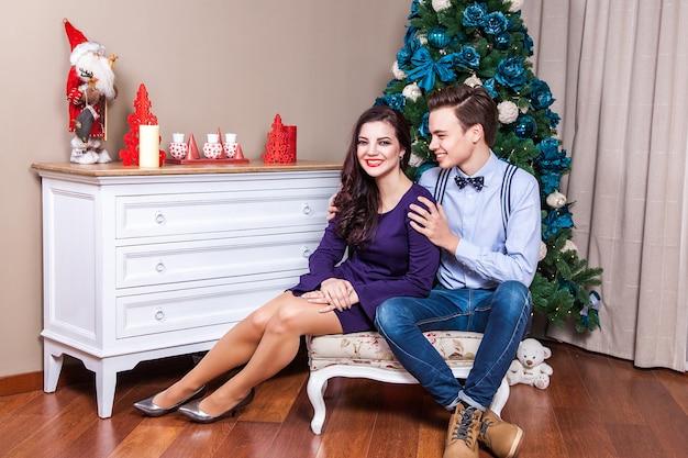 Szczęście i zabawna para małżeńska świętująca święta bożego narodzenia